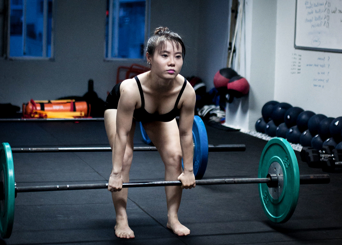 women deadlifting